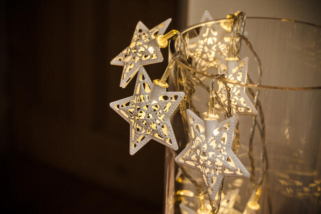 Metal LED Filigree Star Garland with Twinkle Time